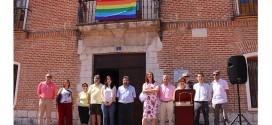 La bandera arco iris ondea por primera vez en el Ayuntamiento