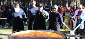 Una tortilla de 800 raciones espera a los vecinos para celebrar 'El Día de la Vieja'