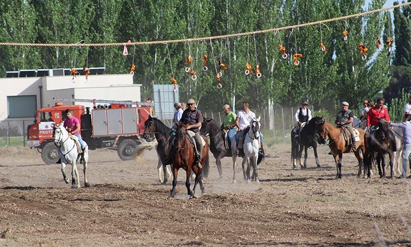 La carrera de cintas de caballos reinventa las fiestas de San Pedro Regalado