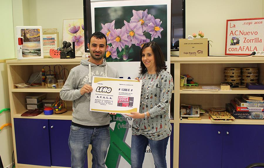 Afala recibe 1.355 euros recaudados gracias al calendario del Bar Leño