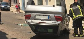 Espectacular accidente con un coche volcado en la calle Pablo Picasso