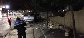 El temporal 'Ana' derriba un árbol y un muro en la Calle Pensamiento