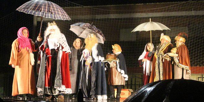 La lluvia no impide la llegada de los Reyes Magos