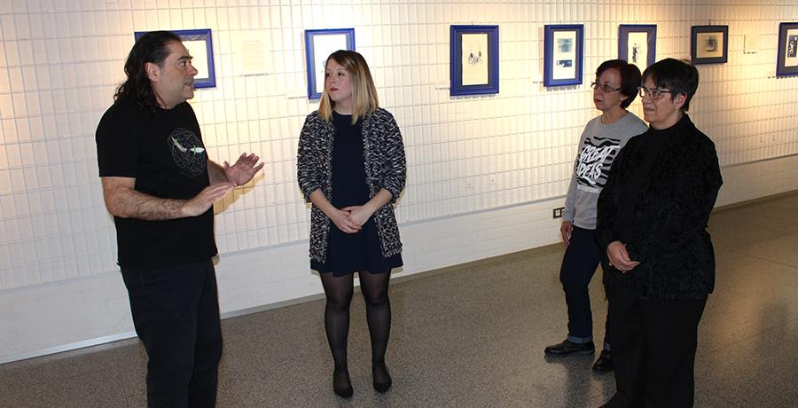 Félix Rebollo invita a la reflexión en clave de humor con su muestra de grabados