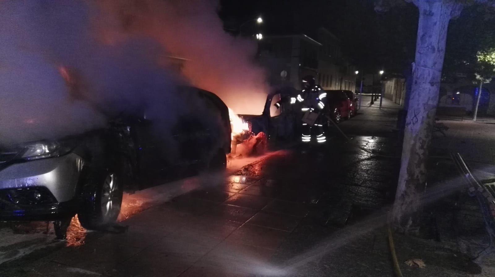 Arden cinco vehículos en la Plaza de la Constitución