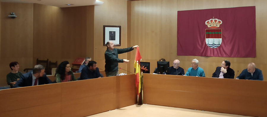 El PP insta a IU y LSSP a que quemen la bandera de España durante el pleno