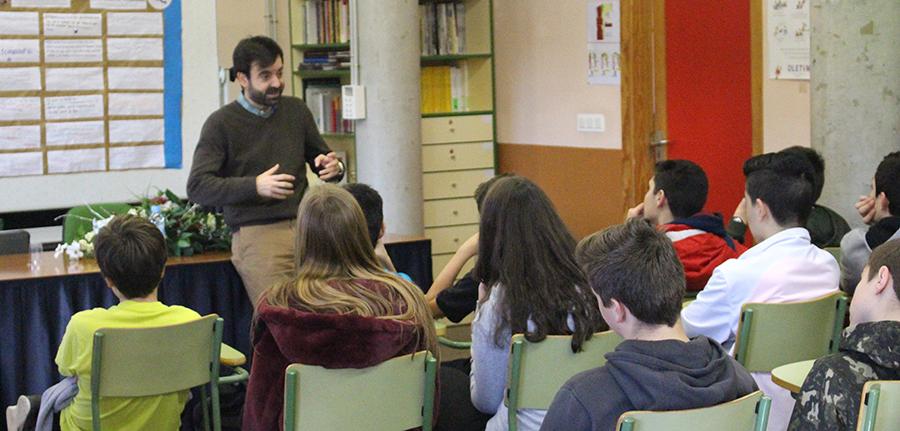 El escritor David Lozano Garbala visita el IES María Moliner