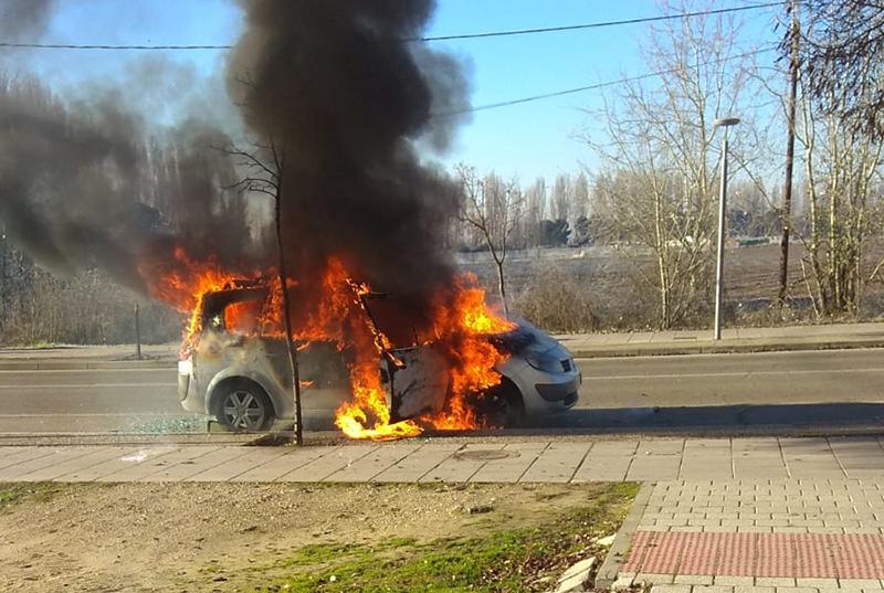 Arde un vehículo en la entrada sur de Laguna