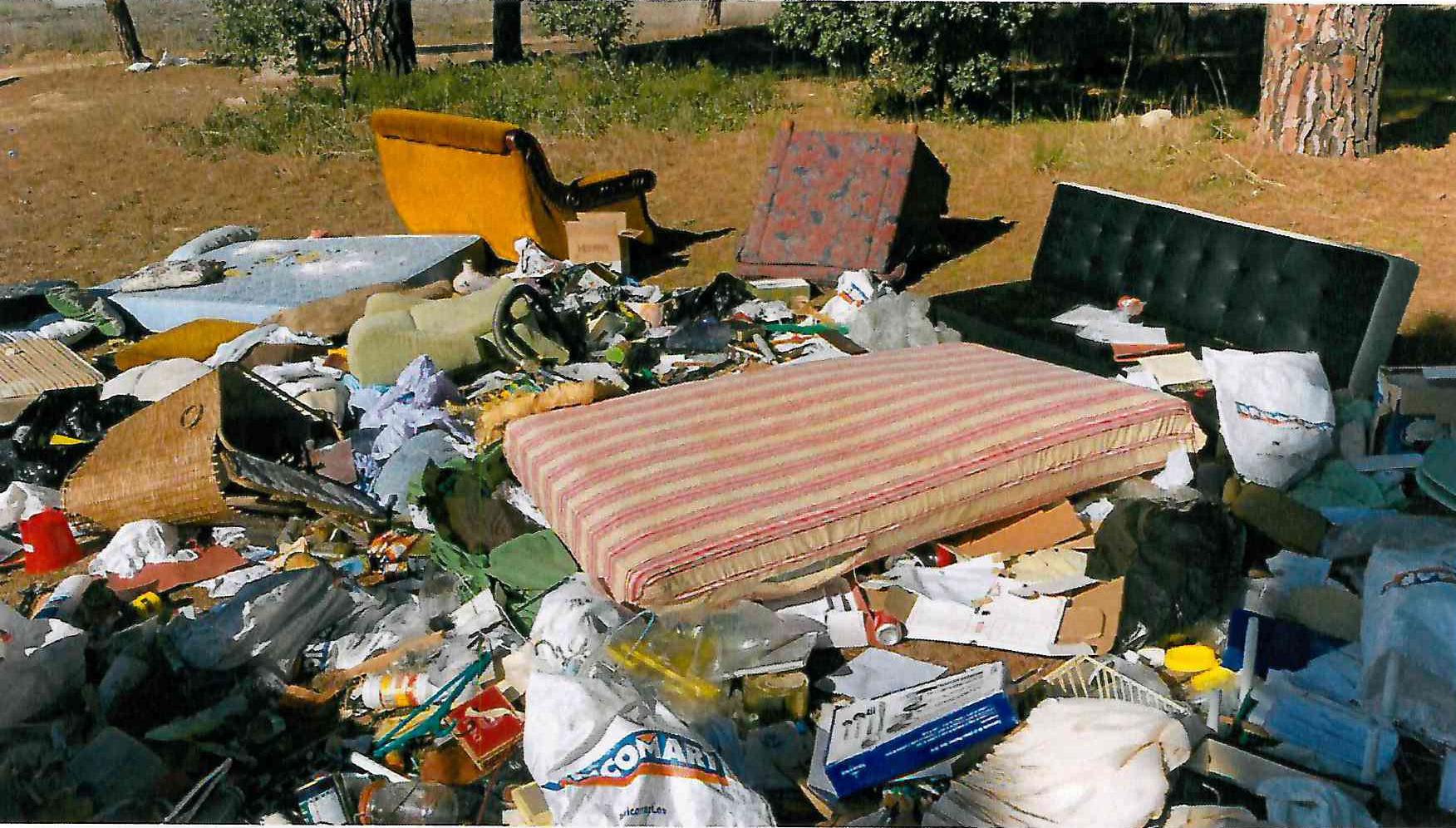 Policía Local y SEPRONA denuncian a una empresa por el vertido continuado de enseres y desperdicios