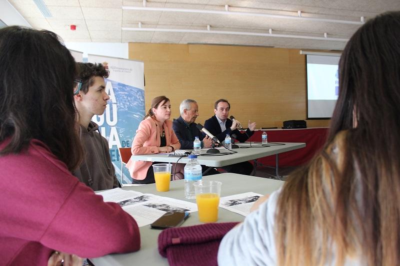 Jóvenes y adultos se sientan a hablar sobre la Unión Europea
