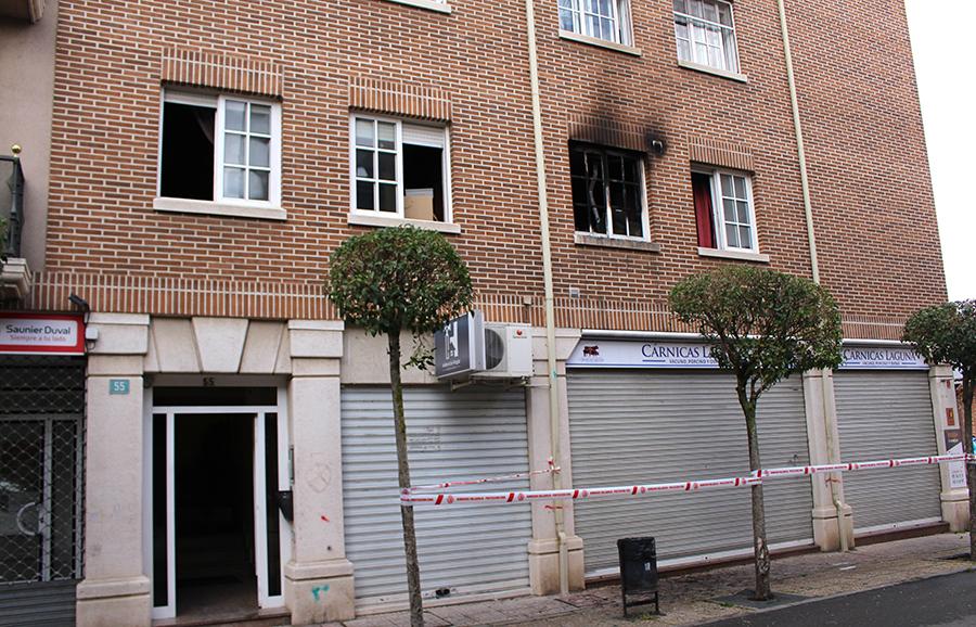 Un incendio obliga a desalojar a los vecinos de un edificio en plena madrugada