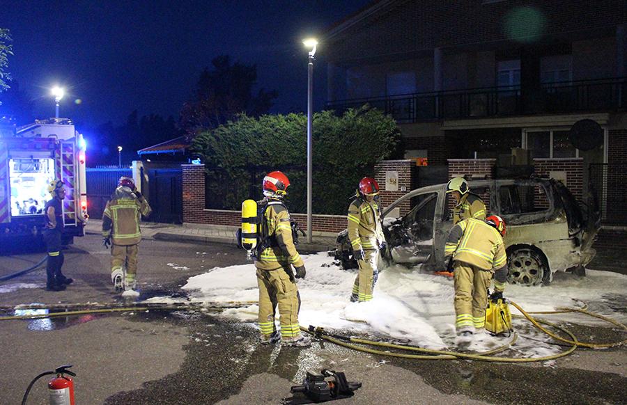 Un incendio fortuito carboniza un vehículo en la zona de la Arboleda