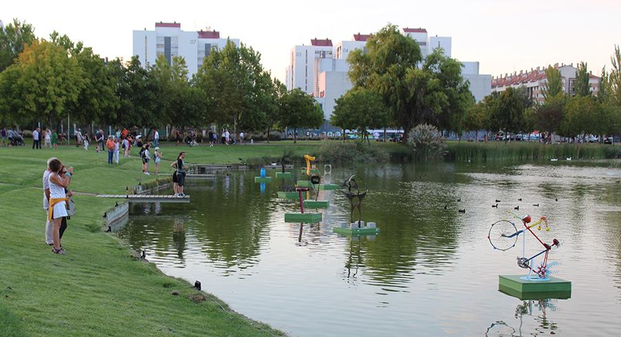 La Muestra de Esculturas Flotantes volverá a llenar el entorno del lago de propuestas creativas