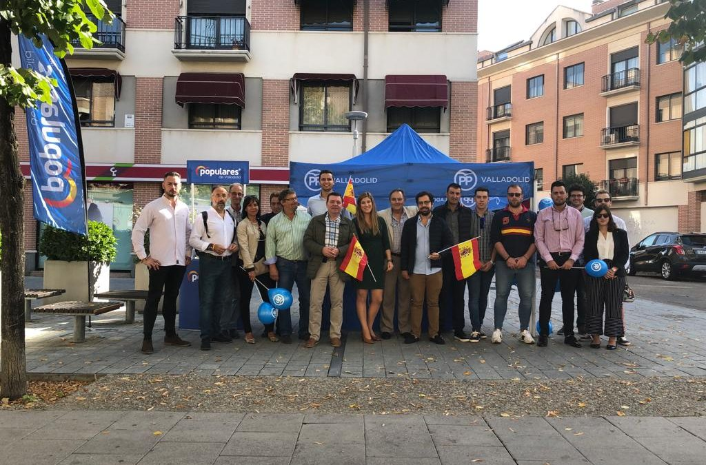 El PP reivindica la unidad nacional entregando banderas de España en el Día de la Hispanidad