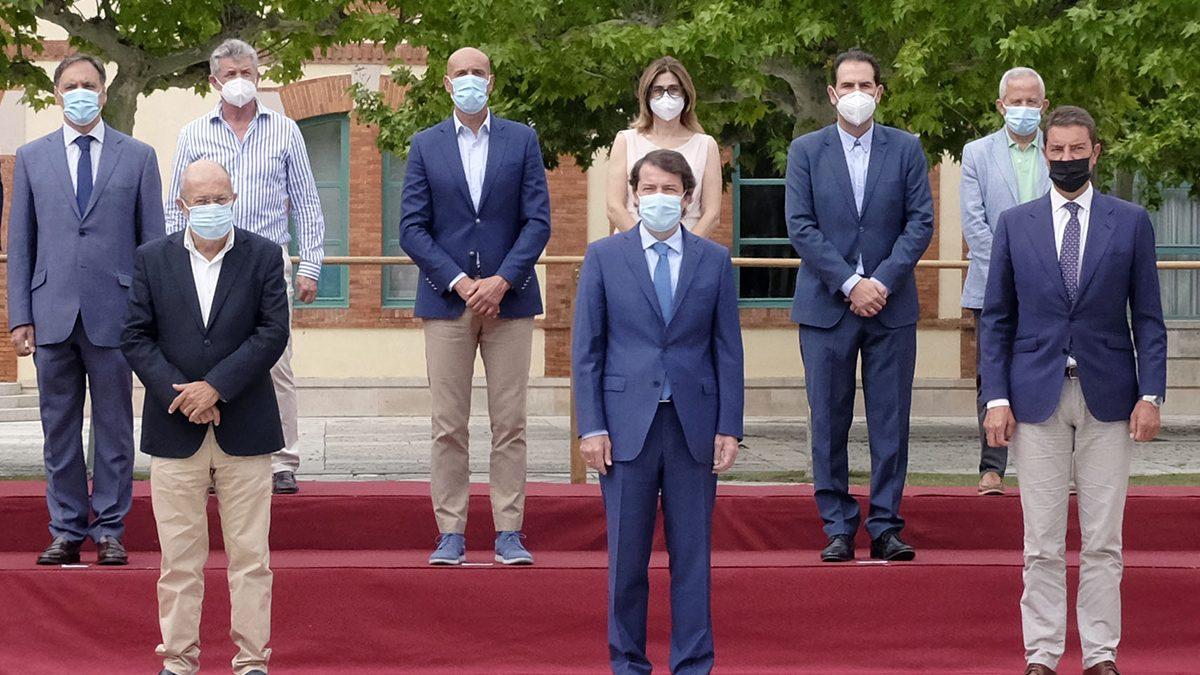 Mañueco pide a los alcaldes la máxima colaboración a la hora de atajar riesgos de contagio