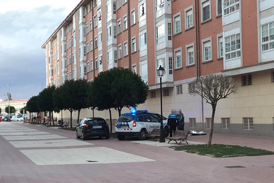 Fallece una mujer tras precipitarse desde un edificio en la calle Guadalquivir