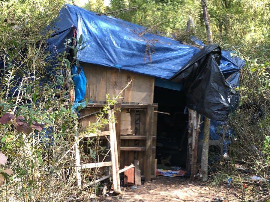 El Ayuntamiento desmantela diversos 'refugios de entretenimiento' construidos con residuos y enseres