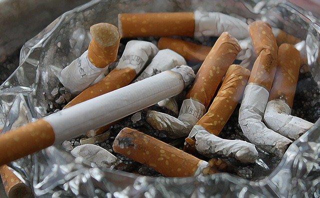 La Junta prohíbe fumar en las terrazas y consumir en barra