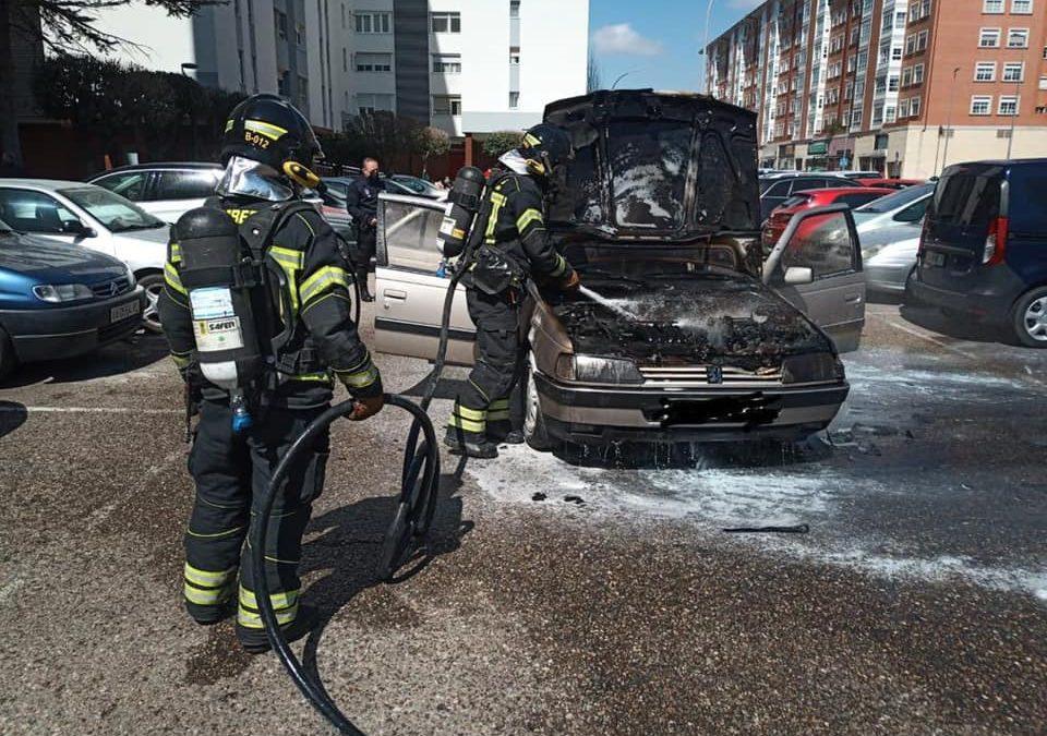 Arde un coche en el aparcamiento de la Avenida de la Libertad