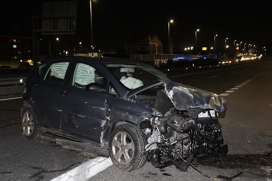 El aparatoso accidente de un turismo provoca el corte temporal de la N-601 en dirección Valladolid
