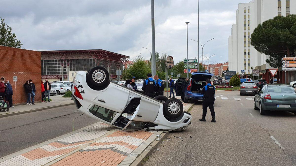 Vuelca un vehículo en plena Avenida de Las Salinas
