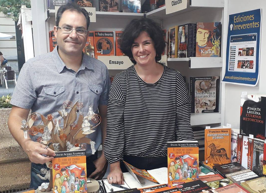 La ilustradora lagunera Sonsoles Yáñez y el escritor David Acebes, en la Feria del Libro de Valladolid
