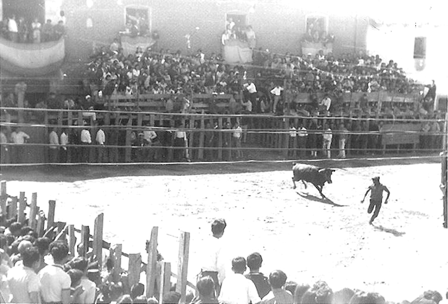Año 1953: Los festejos taurinos vuelven a llenar de ambiente la Plaza Mayor durante las patronales
