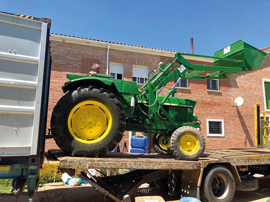 La ONG lagunera AMYCO fleta un contenedor con un tractor y material agrícola con destino a Senegal
