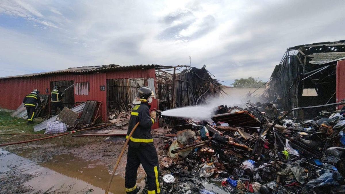 Los Bomberos de la Diputación intervienen en el incendio de unos trasteros a la altura del antiguo Liceo Francés